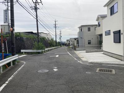 南東側約7.5mの道路です。見通しの良い前面道路に面しています。駐車や出入りもしやすいです。