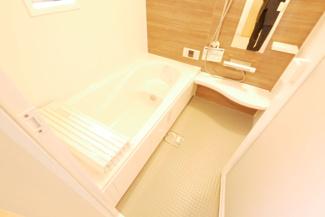 洗面所の同社施工例。シャワー付き独立洗面台付き。