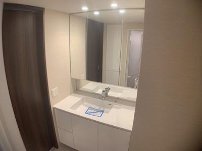 独立洗面台です。大きな鏡と広々とした物置スペースがある、使いやすい洗面台です。