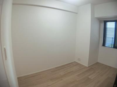 スタンダードな洋室です。約5帖の広さがあるので個人のお部屋としても丁度良い広さです。