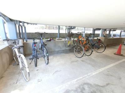 建物の下に駐輪場があります