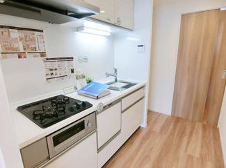 清潔感漂う白いシステムキッチンは時短を叶える食洗器付です