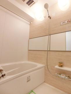 明るく雰囲気のバスルームはもちろん浴室乾燥機付です