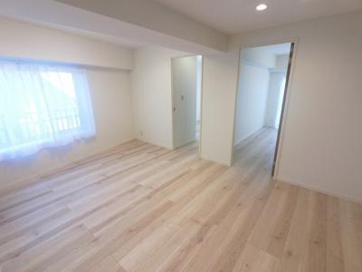 11.1帖のリビングは壁付けタイプのキッチンでお部屋を広くお使いできます。 豊富な収納設計でお部屋を広く有効活用出来ます。