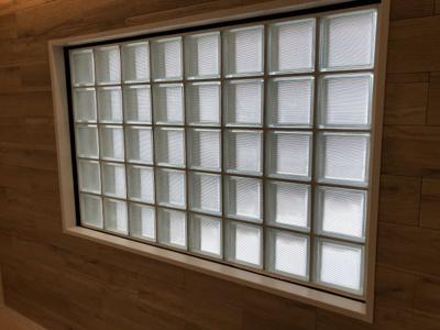 ガラスブロック窓がとてもお洒落な空間を演出しています。