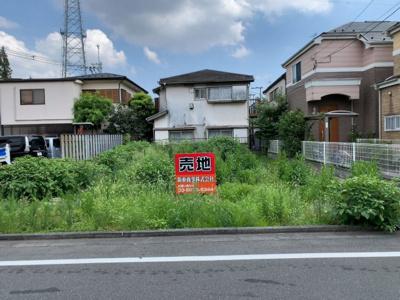 和泉2丁目の閑静な低層住宅街。近隣には豊かな自然が広がります(2021.08.27撮影)。