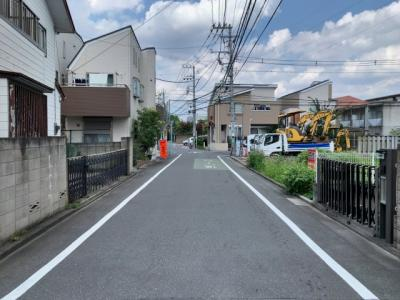 前面道路の幅員は約6m。車の通りの少ない閑静な住宅街(2021.08.27撮影)。