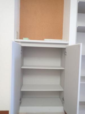 リビングにも収納スペースあり!上部のに物が置けるのも嬉しいです☆