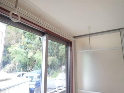 洋室にある室内物干しです!雨の日やお出掛け時の室内干しにとても便利☆花粉や梅雨の時期に重宝しますね♪