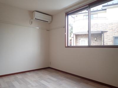 玄関側にある洋室6.3帖のお部屋です♪エアコン付きで1年中快適に過ごせますね♪