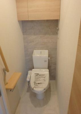 人気のシャワートイレ・バストイレ別です♪小物を置ける便利な棚や手すりも付いています♪