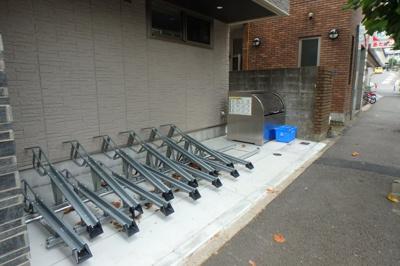 敷地内ごみ置き場でごみ出しもらくらく♪屋根付きの駐輪場も完備です!