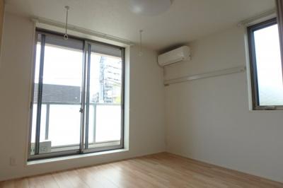エアコン付きで快適に過ごせる洋室!2面採光で明るい洋室です☆