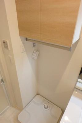室内洗濯機置き場もあります!上部に棚もあるので収納力もあります◎