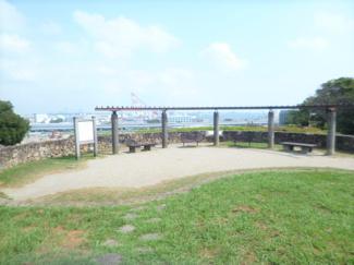 富岡総合公園内の北台展望台・ランドマークタワー・ベイブリッジ等一望。富岡総合公園入口まで約240メートル。