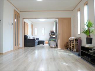 LDKは約18帖ございます・またリビングダイニング隣接の洋室6帖との建具(3本引)を開けるとより開放感のあるスペースとして利用も可能です