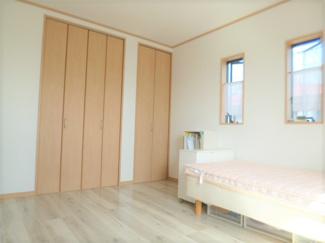 主寝室約8帖・収納も2箇所ございます。