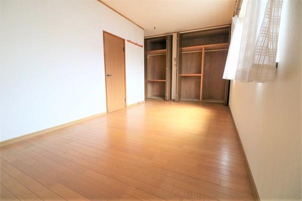 【洋室】 明るい2階9.2帖洋室です♪