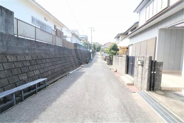 【前面道路】 周辺は閑静な住宅街で子育てにも優しい落ち着いた住環境です♪