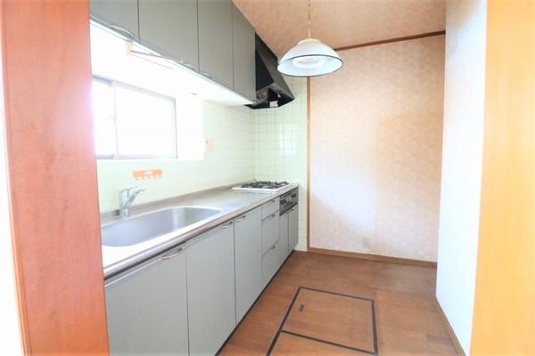 【キッチン】 収納豊富なキッチンです。作業スペースも広々でお料理がしやすいですね♪