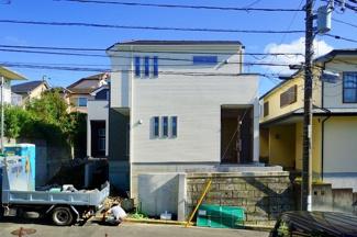 堂々とした外観が目を引きます。 住宅街にあり住環境良好の好立地です。