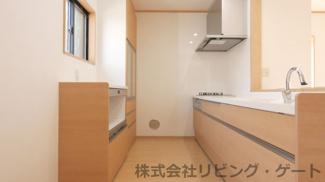 新品のキッチン・背面キャビネット。スペースもしっかりあるのでお料理もしやすいです。