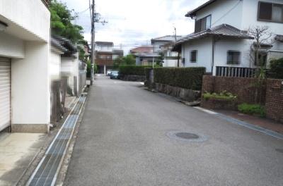 第一種低層住居専用地域の閑静な住宅地内。前面道路は幅員約5.4mの公道!間口は約9.4mございます。