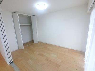 6.3帖の洋室です。 引戸を開けてリビングとしても♪