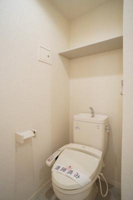 トイレは温水洗浄便座、上部棚も有り♪