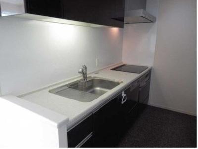 独立キッチンは火に比べ熱が少なく安全性が高いIHの3口コンロ。