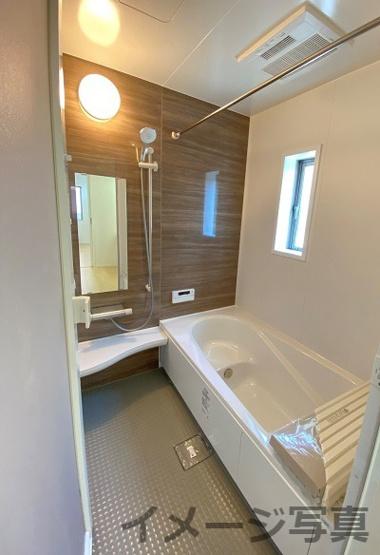 床は水はけが良く、キレイで滑りにくい。浴室乾燥暖房機付。ベンチ付きで半身浴も楽しめます♪