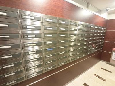 メールボックスです。 内側から郵便物を受け取ることができます。