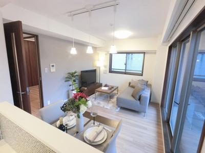12.6帖のリビングは2面採光で日当たり・風通し◎ ダイニングテーブルやソファー、ローテーブルなどの家具もしっかりと配置できます。