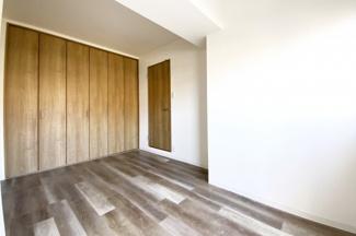 《洋室約5.5帖》収納(クローゼット)が大容量のお部屋ですので、洋服が多い方でも大丈夫ですね。