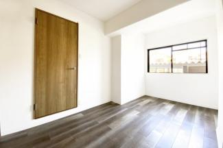 《洋室約5.5帖》クロス(壁紙)やフローリングはリフォーム済で綺麗な室内です。