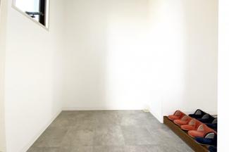 玄関にはシューズボックスを設置するスペースが十分にあります。