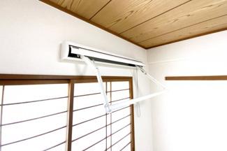 【昇降式室内物干し】急な雨でもすぐに対応できる室内物干しです。