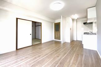 LDKの続きに和室があり、扉を全開すれば約17帖のスペースが確保されます。