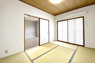 和室にも掃き出し窓があり、バルコニーに出入り出来ます。障子があるのでカーテンは不要です。