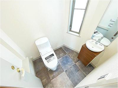 開放的なトイレ。新規リフォーム済みです。