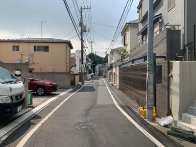 幅員約5.3mの前面道路。駐車も楽々です(2021.08.28撮影)