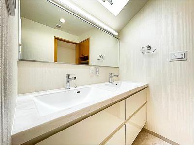 ツーボウルの洗面台。大型収納完備。新規リフォーム済みです。