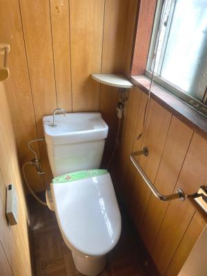 トイレも陽光が差し込む明るい空間となっております。温水洗浄便座・手すりが設置され、使い勝手良好です!