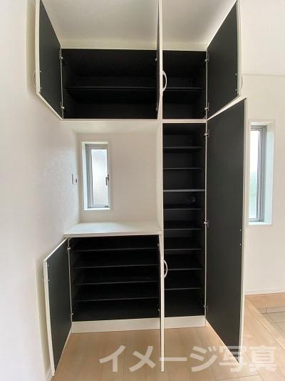 壁一面のシューズボックス。可変性の棚で大容量の靴だけでなく、アウトドア用品も収納できます。
