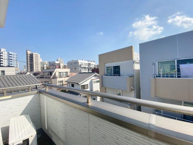 3階バルコニーからの眺望 周辺に高い建物はないので開放的です