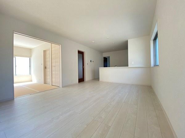 広々リビング。対面キッチンなのでリビングの様子を見ながら家事ができます。日中は光が入り明るい空間に。