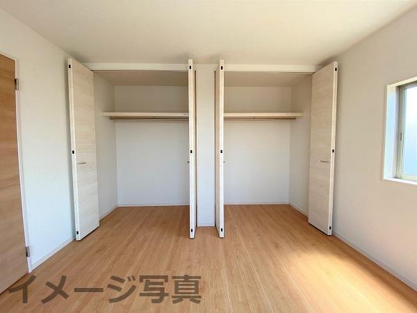 収納。衣類やバッグなどたっぷり収納できますね♪扉もあるので生活感を隠すことができます。