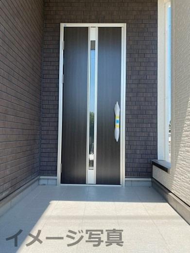 玄関ドア。ICチップ内蔵でカードをかざすだけで自動解錠。施錠時は2重ロックで防犯性も高い。断熱性有。