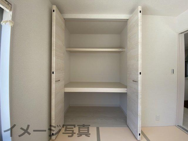 和室の押入。季節物や布団などたっぷり収納することができます。クローゼットタイプの押入でオシャレに♪