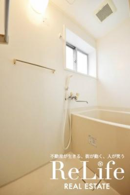 バスルーム 小窓付きです
